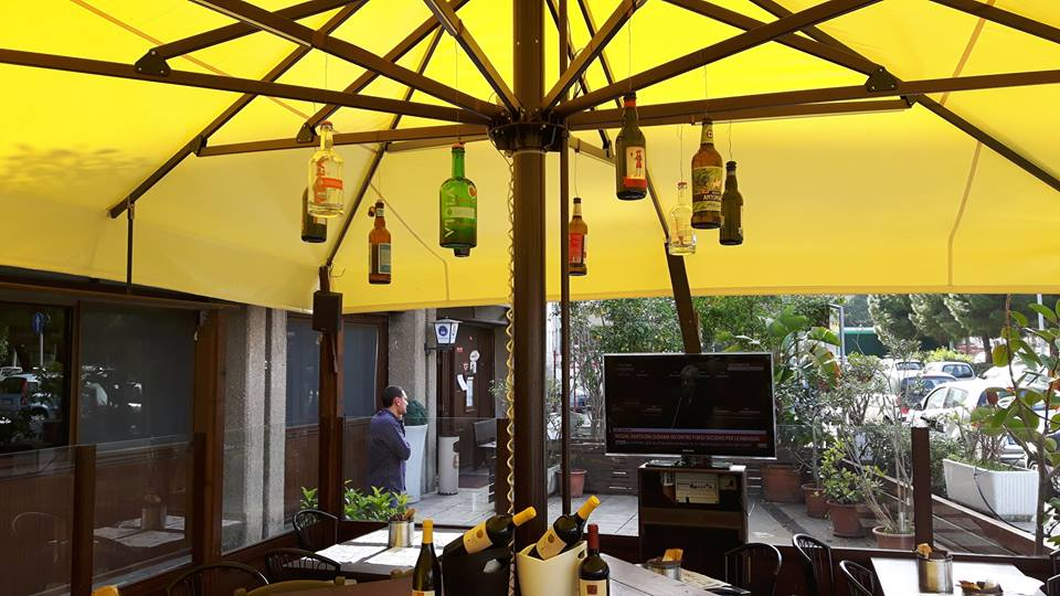 bottiglie sotto ombrellone